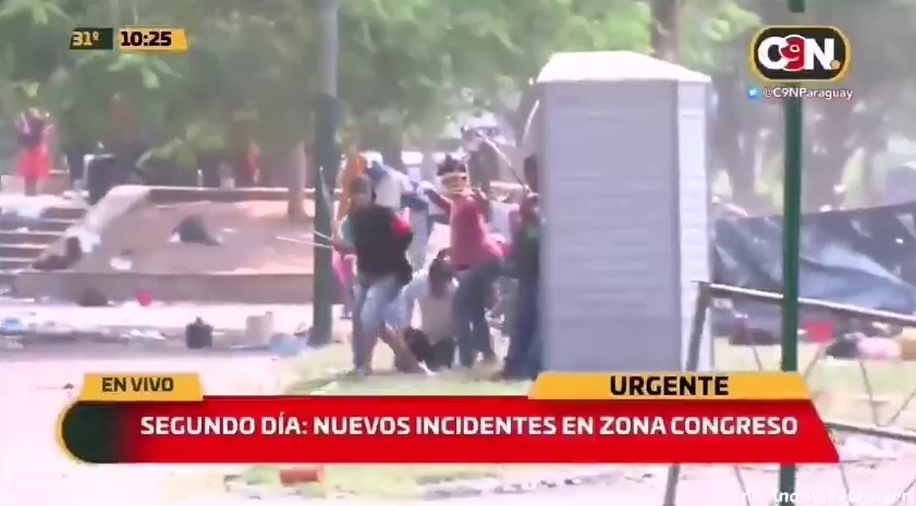 Mass clashes with police in Paraguay with bows and arrows against a new law